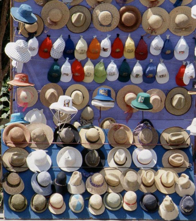 Vendeur de chapeau près du temple de PHILAE.