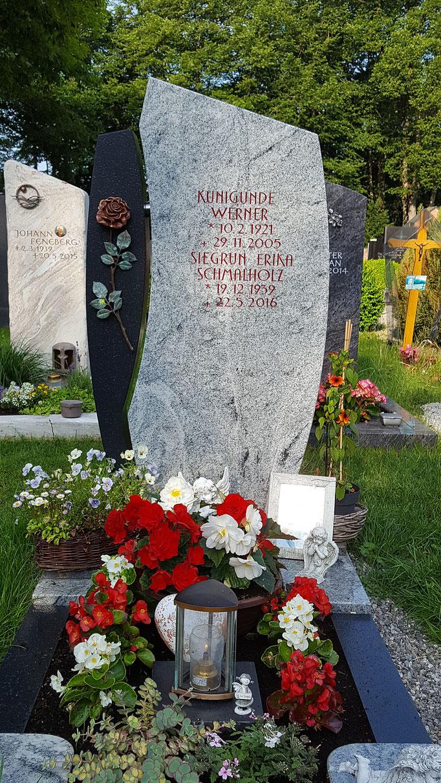 Grabdenkmal in Vicount white und SSY mit einer farbigen Rose als Symbol der unendlichen Liebe