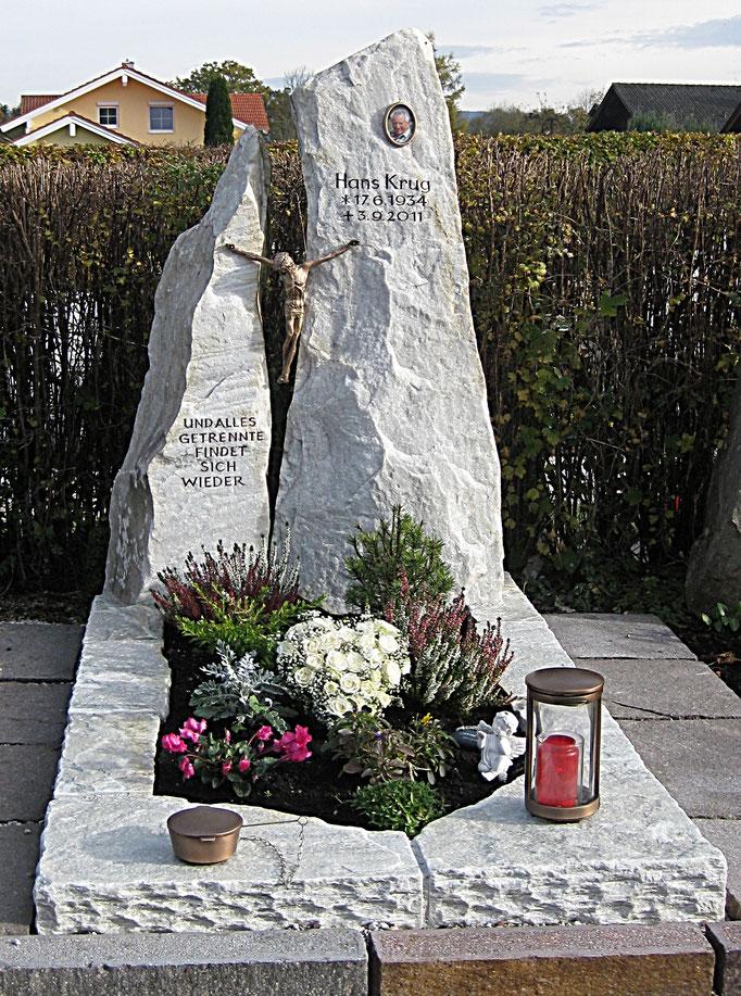 Grabdenkmal Felsen aus Raurieser Granit mit einem vom Kunden selbst gegossenen Christussymbol