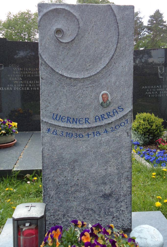 Grabdenkmal in Orion, handwerklich bearbeitet mit der Lebensspirale