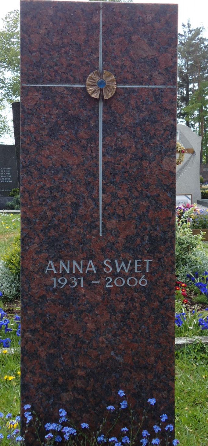 Grabdenkmal in Red Blue fein geschliffen mit dem Kreuz als Symbol für das Christentum
