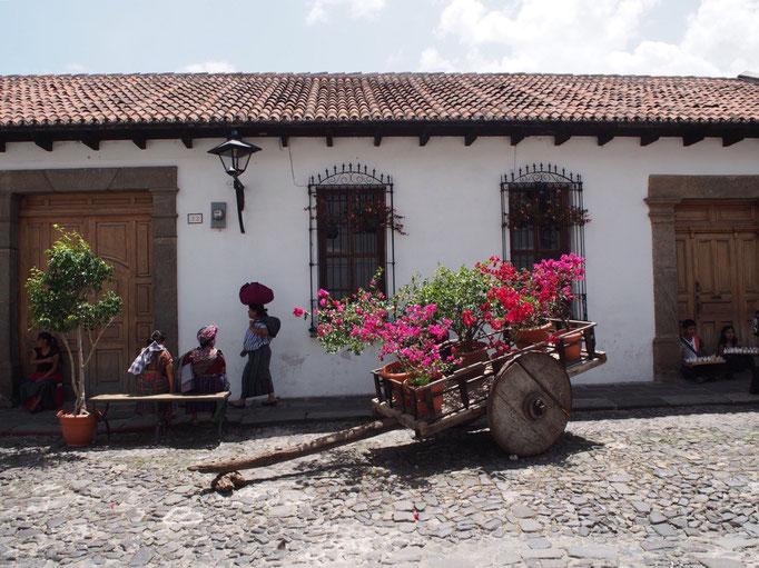 ある日のお散歩の様子 アンティグアの趣のある町並みに民族衣装を着ている人たちがお似合い