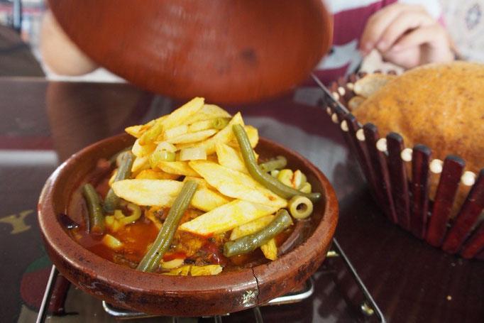 本場のタジン鍋はスパイスたっぷり 初タジン鍋はトマトベースのスープにオリーブのアクセント