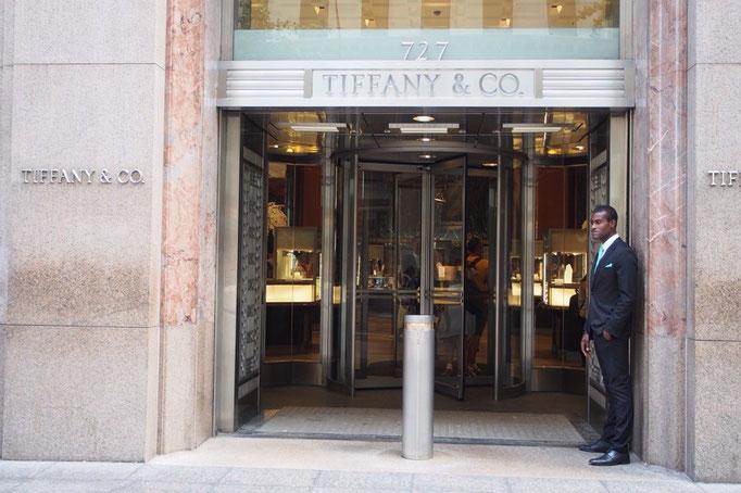 5番街のティファニー ドアマンのお兄さんのネクタイの色がティファニー色のブルー♡