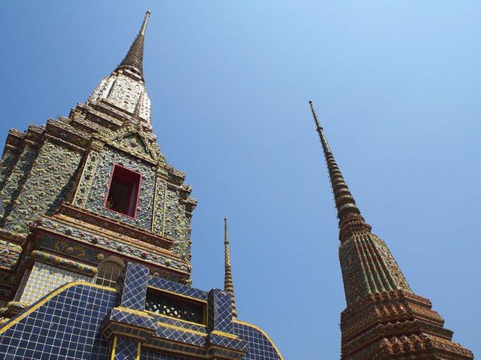 ワットポーは巨大な涅槃仏が見所なのかと思っていたけれど 細かい装飾で とても素敵な色合いの仏塔がたくさん