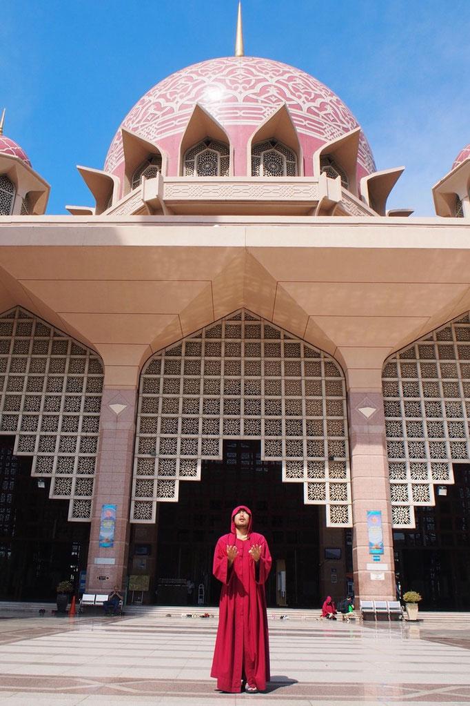 モスクではお祈りの時には こんな風に両手を上へ向けます あぁ...ピンクモスク 好み過ぎる...♡