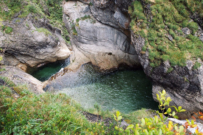 写真撮影をした場所のすぐ下には綺麗な川も流れていました