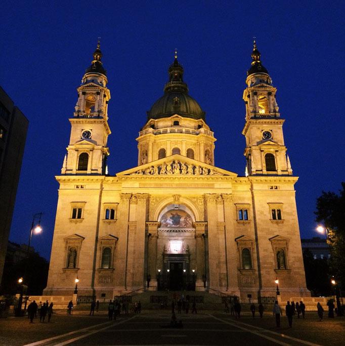 ジェラート屋さんの目の前には 立派な聖イシュトヴァーン大聖堂