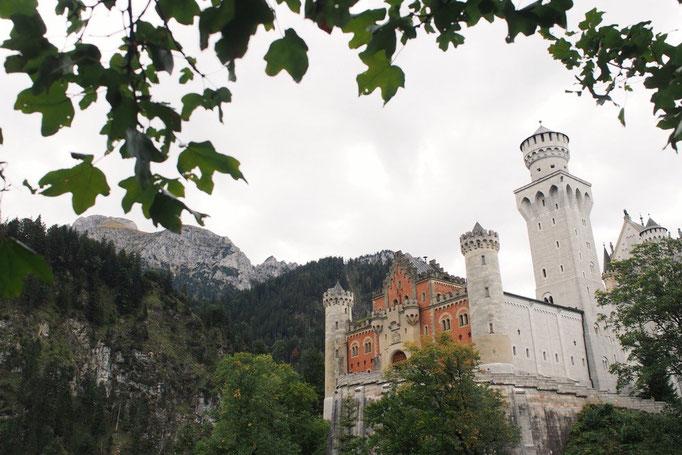 ノイシュヴァンシュタイン城は 曇り空も影響して華やかながらも少しもの哀しい印象も受けました