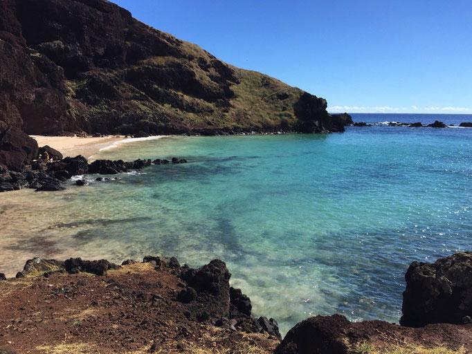 """イースター島のビーチはどこもとてもきれい ここは白浜はきれいな""""オバへビーチ"""""""
