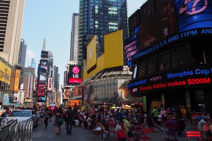 NYに到着後 まずはタイムズスクエアへ お昼間から電力をたくさん使ってるなぁ...