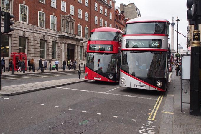 ダブルデッカーが色違いで並んでいるところを発見 ロンドンではダブルデッカー写真がたくさん