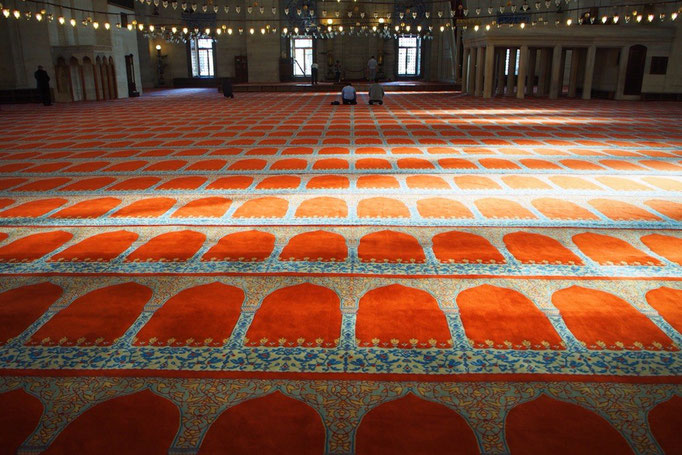 モスクの中にいると お祈りをする人たちの姿が いつにも増して神聖に見えるのでした