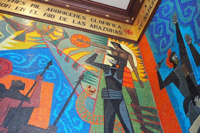次は大統領府の中を見学 中に入るとエクアドルを代表する画家グアヤサミンの壁画がお出迎え