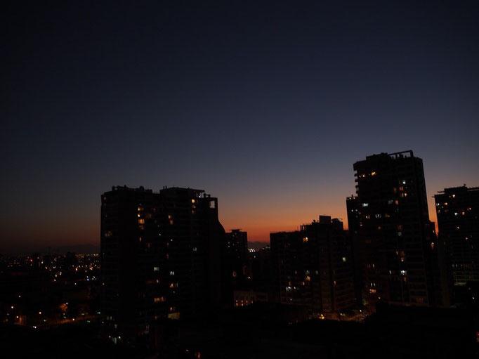 サンティアゴの夕焼け 大都会なのに空が広く見える気がする 日によってはきれいなアンデス山脈も見えます