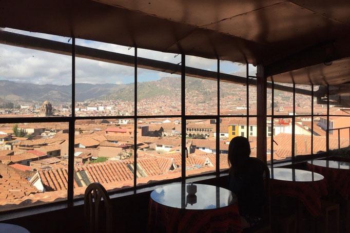 滞在先の宿からの景色 赤茶色のレンガや屋根瓦のクスコの町並みが一望できる♡