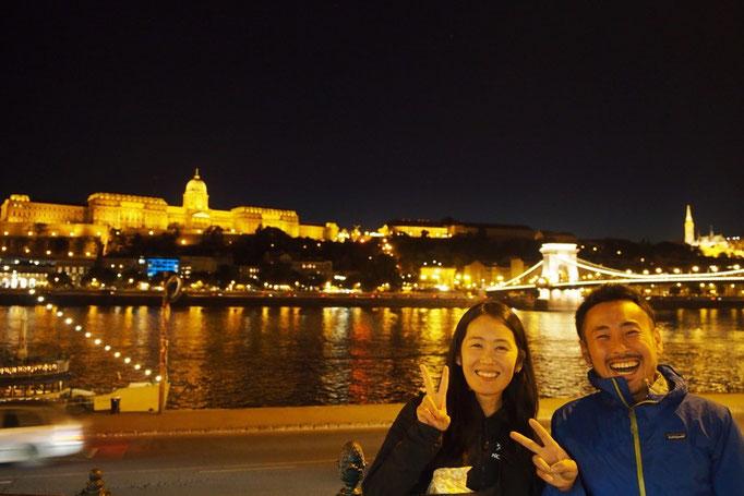 ブタペストの夜景と一緒に記念撮影② あぁ...ほんとに楽しい夜だった