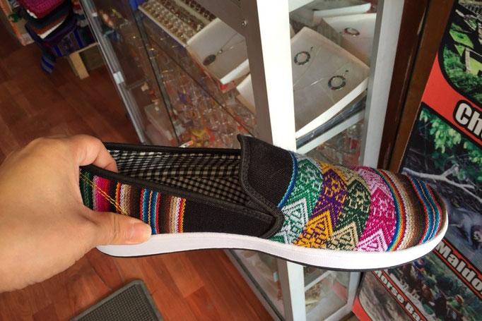 クスコの町では3000円くらいでオーダーメイドの靴を作ることもできます(これは市販の靴ですが...)