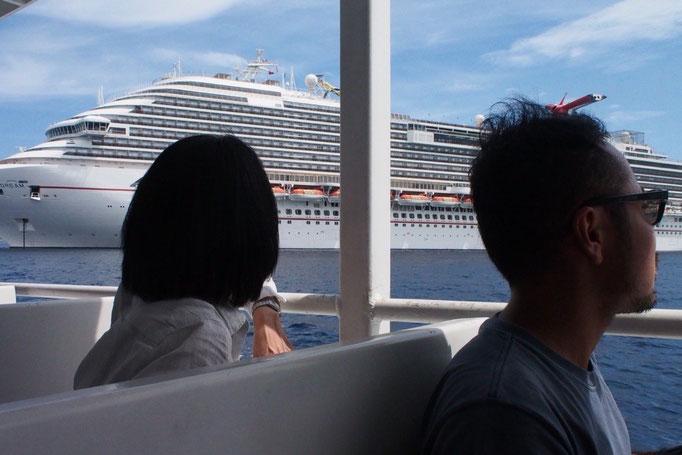 グランドケイマンへもテンダーボートが送迎 近くで見るクルーズ船はやっぱり大きい!