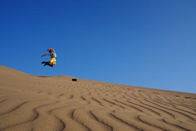 砂漠ではしゃぐ旦那さん このジャンプ力を見て20代と30代の身体能力の違いをひしひしと感じましたとさ(笑)