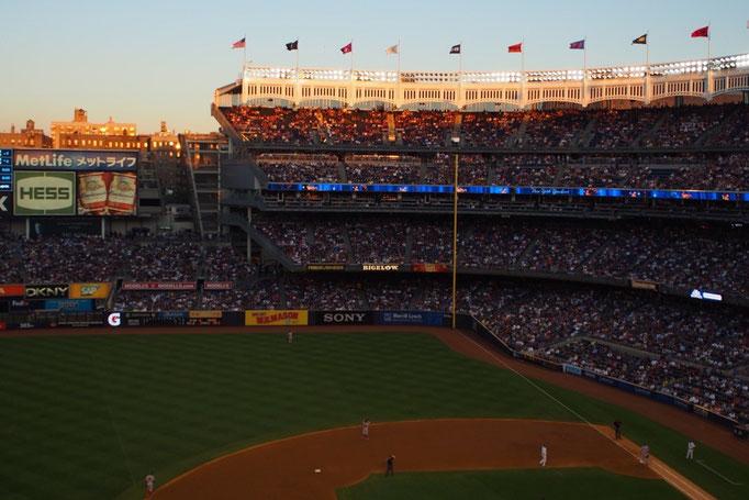 夕暮れのヤンキーススタジアム 眺めていると日本の企業の名前もたくさん