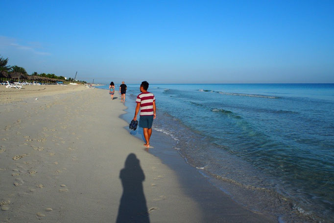 細かい白砂のビーチとどこまでも透き通る海 お散歩しているだけでも気持ち良い...