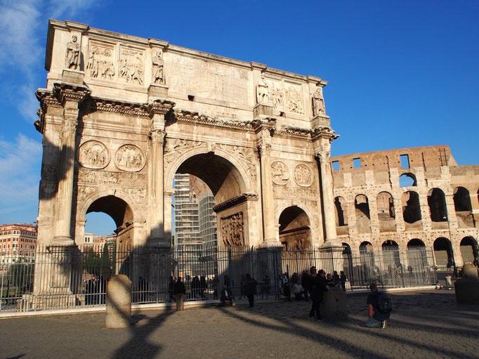コロッセオの隣にあるローマ最大のコンスタンティヌスの凱旋門は パリの凱旋門のモデルになったそう
