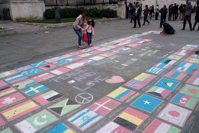 地面にイラストを描いている人もたくさん 日本の国旗もあったので心ばかりのチップを置いていくことに