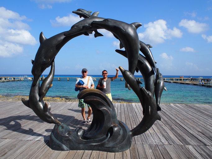 イルカと泳ぐこともできるみたいでしたが 今回はオブジェの前で記念撮影だけでビーチへ