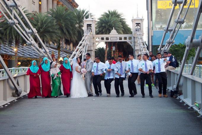 歩いていると 結婚のお祝いをしている人たちにも出会いました。