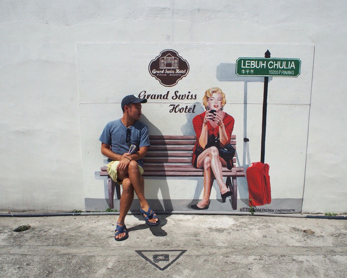 ペナン島でみつけた おもしろウォールアート マリリンモンローと 良い雰囲気の旦那さん