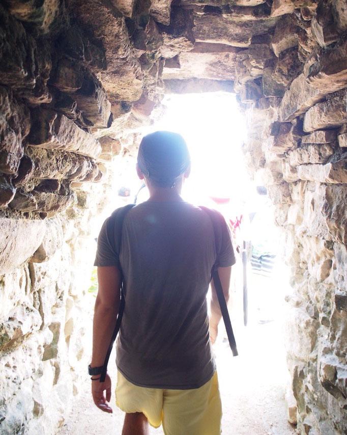 短いトンネルをくぐるとトゥルム遺跡が待っています