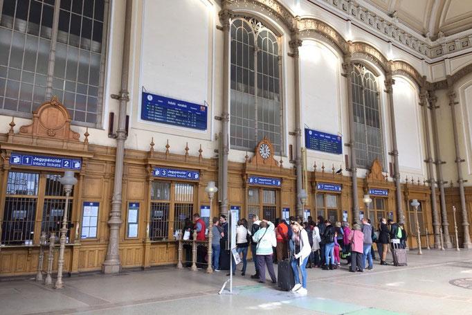 西駅はパリのエッフェル塔を建築した建築家アレクサンドル ギュスターヴ エッフェルが手がけた建築物