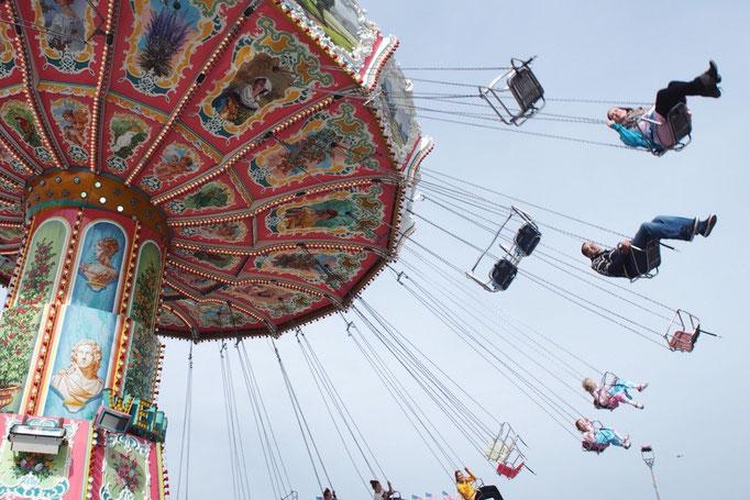 仮設遊園地とは思えないアトラクションばかりの場内 空中ブランコがカラフルでかわいかった♡