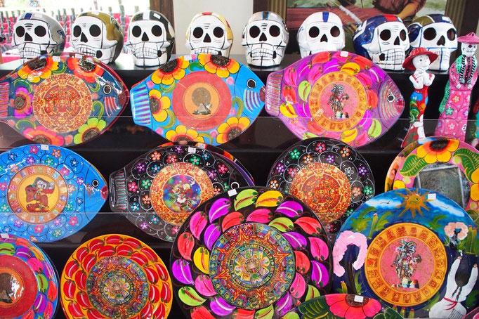メキシコのおみやげはとってもカラフル ガイコツモチーフのものをよく見かけます