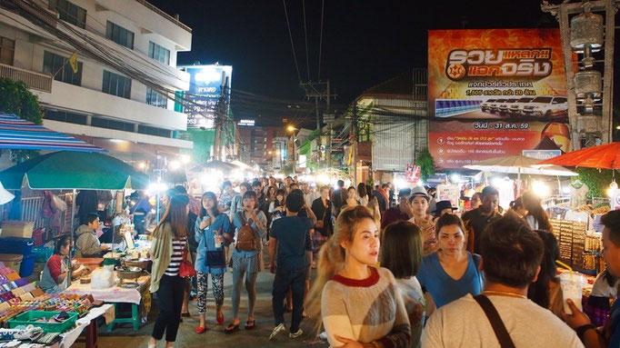 サタデーナイトマーケットの様子 道の両側に服や雑貨 食べ物などなど...たくさんの出店が立ち並びます