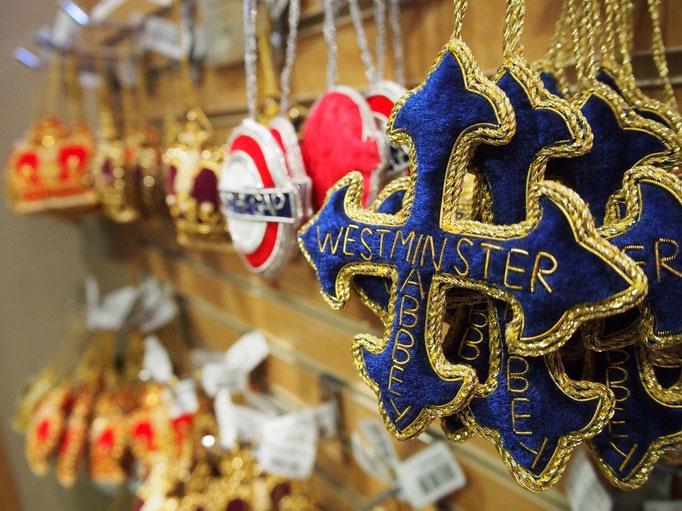 ウェストミンスター寺院のお土産屋さんにはこんなかわいい飾り付けグッズが♡