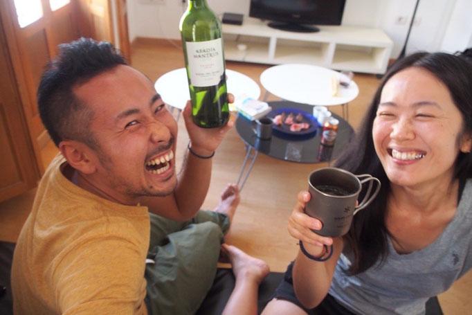 バルの後はアパートメントに帰ってまた乾杯 お酒が入って 2人ともすごく楽しそう