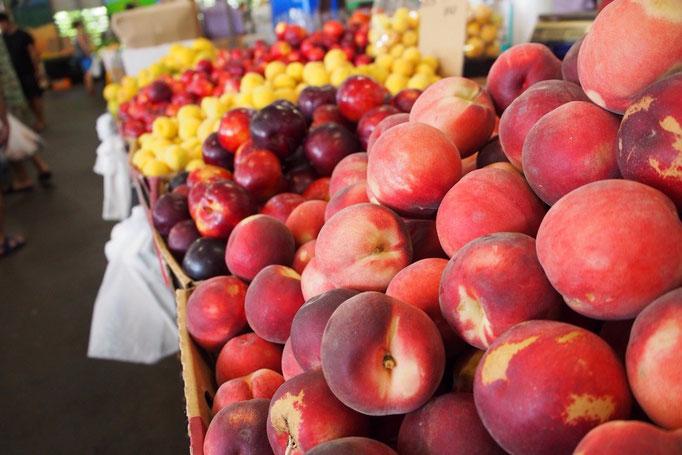 曜日限定で開かれる野菜と果物のマーケットはどれも低価格で新鮮