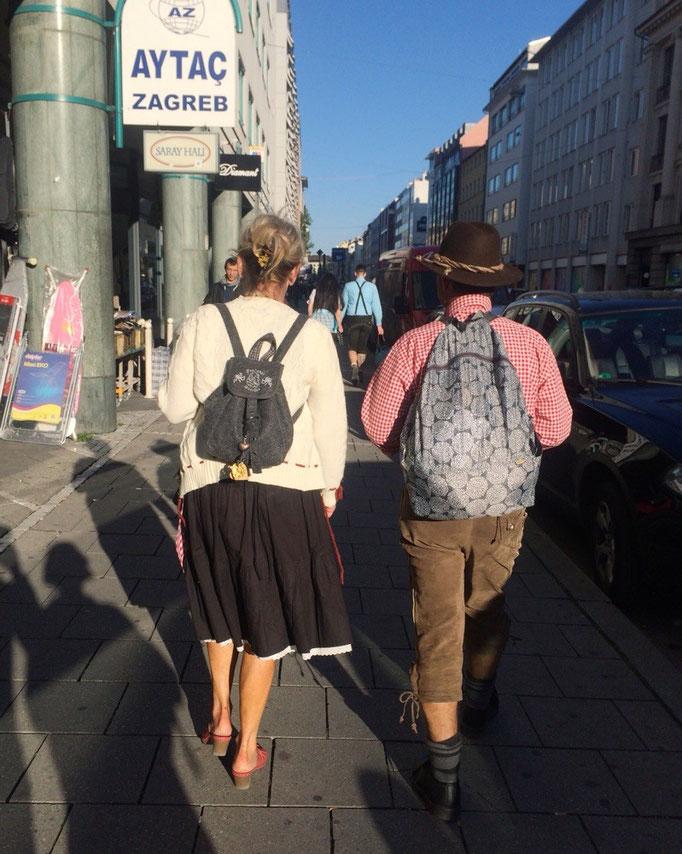 シルバー世代のご夫婦が民族衣装を身にまとって一緒に並んで歩いている姿はとても素敵でした