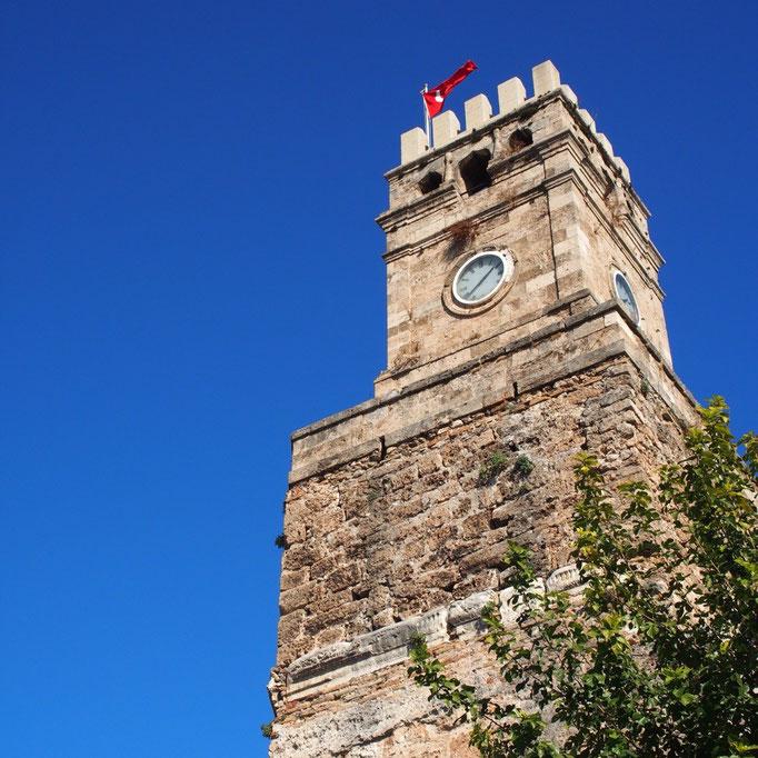 カレイチのシンボルのひとつ時計台 青い空がますます引き立ててくれているみたい