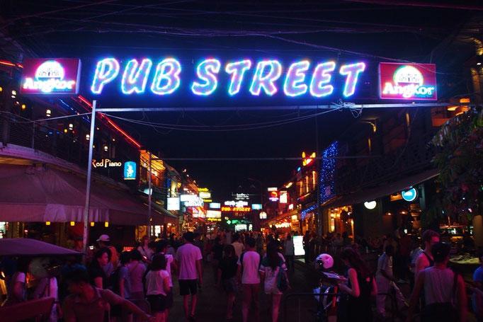 シェムリアップのパブストリートは夜になると人がたくさん