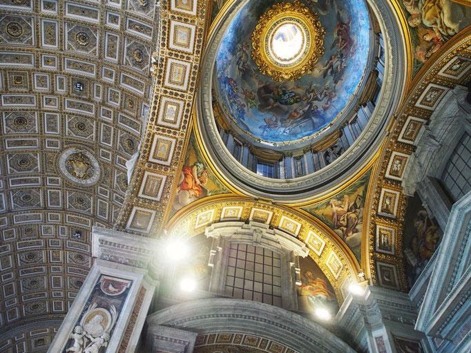 大聖堂の中に一歩足を踏み入れると 目の前には想像を超える 荘厳な空間が広がっていて