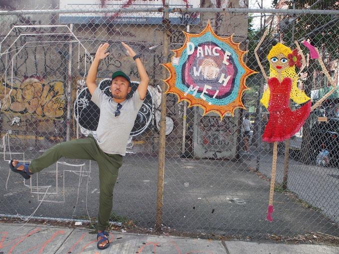 街中にはこんなかわいい糸で作ったアートもありました 日米バレリーナ対決(笑)