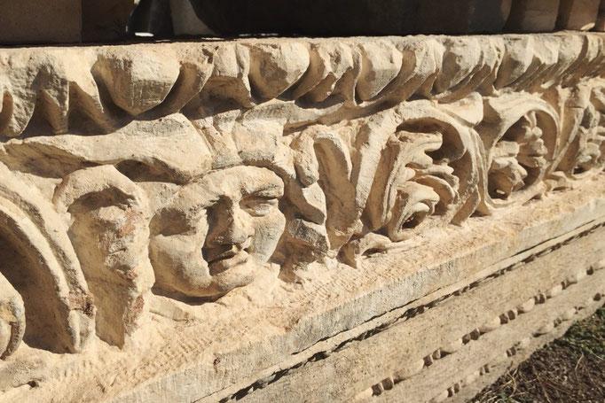 柱の台座や壁などの装飾もとても細かくて 中にはこんなゆるキャラさんも♡