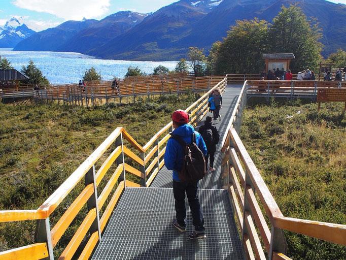 今度は展望台から氷河を眺めます 遊歩道もしっかり整備されていて歩きやすい