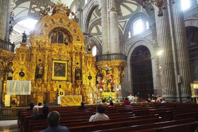 大聖堂の中に一歩足を踏み入れると きらびやかな祭壇が目をひきます