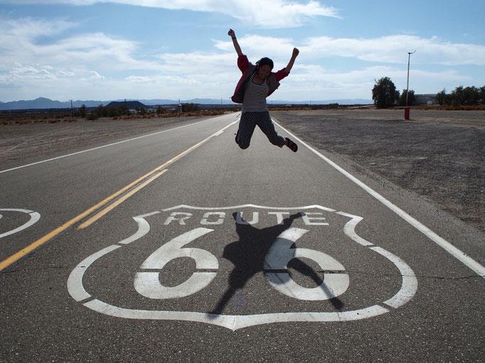 ルート66と描かれている道路を見つけて寄り道 妻の渾身のジャンプ(笑)!!
