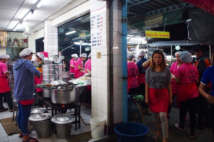 """別名""""ピンクのカオマンガイ""""のとも呼ばれるお店には ピンクのユニフォームの店員さんがたくさん"""