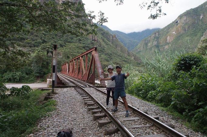 途中ではこんな鉄橋を渡ることも 線路を歩いている時に電車が走ってきたら...まさにスタンドバイミー状態に!